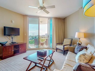 Beautiful condo w/balcony, shared pool/hot tub-walk to beach