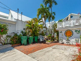 Family-friendly house w/ full kitchen, private parking & beach access nearby!