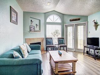 Comfortable, dog-friendly condo with a shared pool - two blocks to the beach!