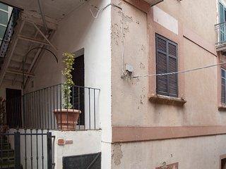 Casa Eugenio. Antica casa con scala esterna.