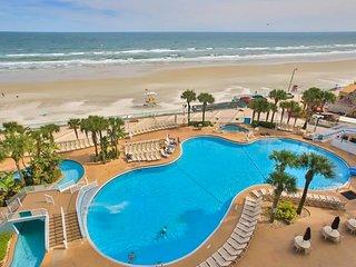 Condo w/ pools, hot tubs, mini-golf, & gym - snowbirds welcome!