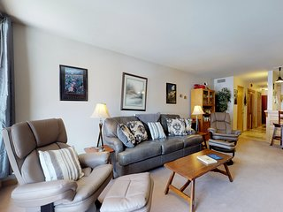 Cozy condo w/ great views, shared pool & hot tub - 350 yards to the slopes!