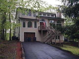 4BR/ 4BA Lakefront House w/HOT SAUNA & Fireplace!