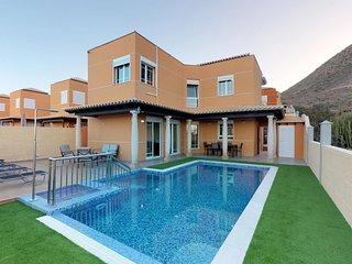 Villa de lujo con piscina, garaje y vista mar