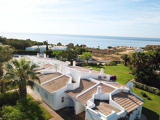 Beautiful 2 bed. ground floor apt with A/C sea views beach 250m Alb 5 min drive