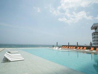 2| LUXE Beachfront City Condominium by NOMAD GURU