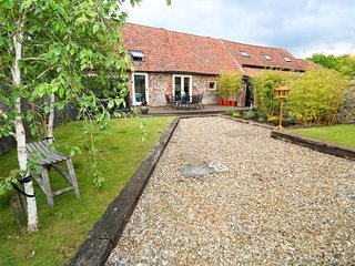 FAR BARN, enclosed garden, WiFi, near Fakenham