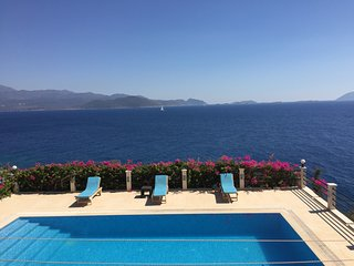 Villa Escalade, Luxury Beach House with Large Pool and Private Jetty