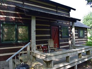 Link' N Log Lodge a quiet mountain getaway, minutes from the Parkway