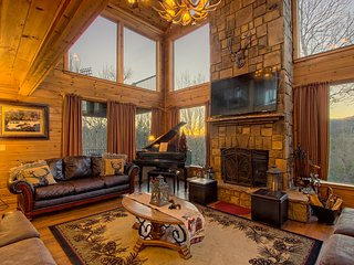 Gorgeous mountain home w/hot tub, billiards, 3 master suites & views!