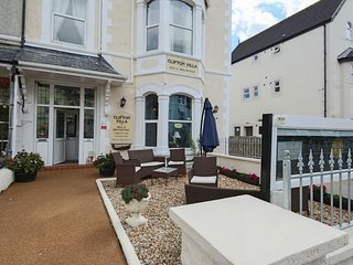 6 Bedroom Villa(12 pers) Centre of Llandudno by the beach and golf ( 4 en-suite)