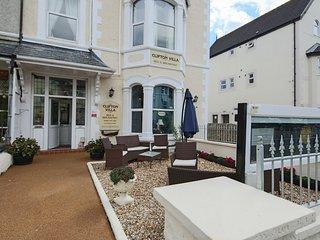 6 Bedroom Villa(12 pers) Centre of Llandudno by the beach and golf ( 4 en-suite)