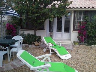 maison climatisée,avec véranda, moustiquaires jardin ensoleillé, proche de tout
