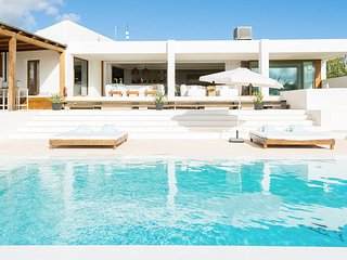 Playa de Talamanca Villa Sleeps 10 with Pool Air Con and WiFi - 5805585