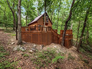 Grady's Hideaway, Private Log Cabin In The Woods, Sleeps 4, JUST ADDED