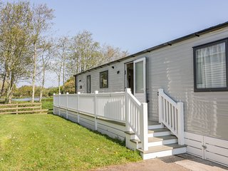 DOWR LODGE, decking area, open-plan, en-suite, near St Columb Road