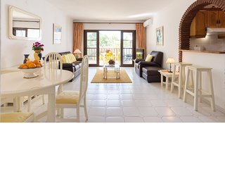 Spacious & bright 2BR 2BA in Caserio de Calahonda (walk to the beach!)