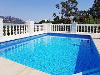 Villa con piscina y jardin privado