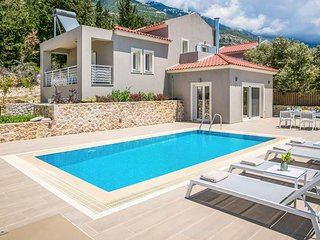 2 bedroom Villa with Pool, Air Con, WiFi and Walk to Shops - 5690416
