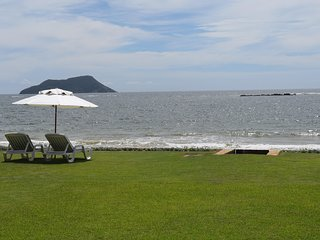Linda Villa com quatro suítes, pé na areia da Praia Rasa BZ002