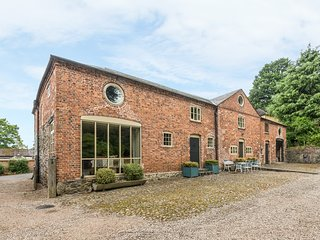 THE COACH HOUSE, WiFi, woodburner, BBQ hut, wood-fired hot tub and sauna, near