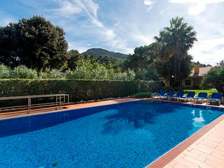 3 bedroom Chalet with Pool, WiFi and Walk to Beach & Shops - 5800213