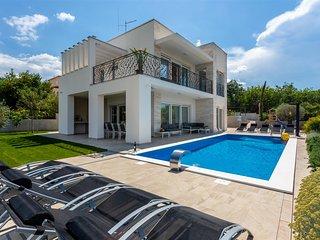 Villa Zarra with heated swimming pool, jacuzzi, sauna and Seaview