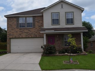 Your Ideal Getaway Home!/Sleeps 10/close to UTSA &Six Flags