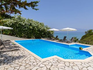 Beachfront villa, private pool & breathtaking view