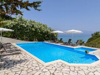 Beachfront villa, private pool & breathtaking view