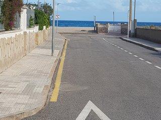 Es la distancia de casa a la playa arenosa. Menos de 20 metros. Y la entrada es plana.