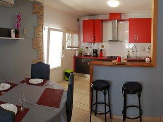 Es la cocina  de 5 metros de largo .aquí encontrarás todo para  cocinar  tus platos favoritos.