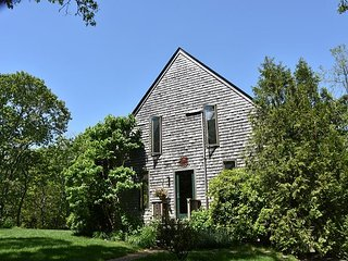 Lovely, well maintained summer get-away in ideal Edgartown setting