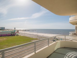 Sunny Condo w/ Gulf Views, WiFi, Resort Pool & Fitness Center Access