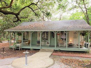 Chalamy Cottage-Southern Charm Fall Get-A-Way For 2-Orange Beach
