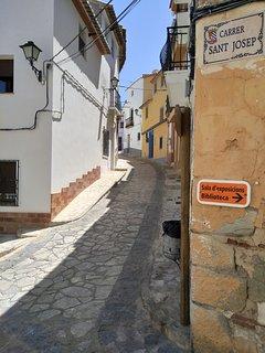Cruce entrada Carrer Sant Josep a 10 m. está Casa Rústica y a  15 m.la Biblioteca