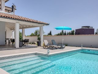 4 bedroom Villa with Air Con, WiFi and Walk to Beach & Shops - 5806522