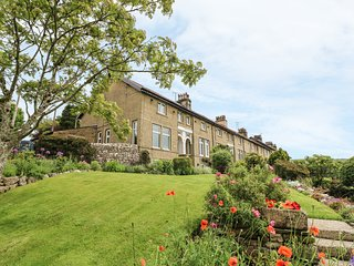 1 BRIDGE END, pet friendly, character holiday cottage, with a garden in
