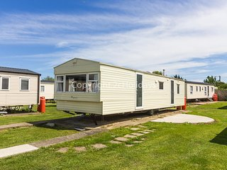 8 berth static caravan for hire at Seawick holiday park in Essex. ref 27609
