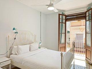 3 Bedroom Apt w/Balcony 4 min to tube