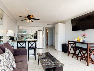 Beachview condo w/ shared pool - easy access to boardwalk & dining