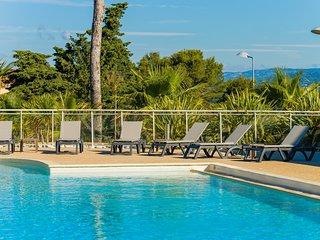 Appartement spacieux sur 2 etages pres de la plage | Acces piscine!