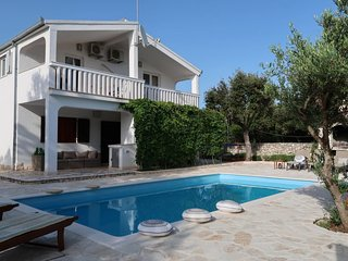 4 bedroom Villa with Air Con, WiFi and Walk to Beach & Shops - 5650608