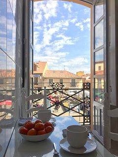 Desayuna con vistas privilegiadas al mercado de Mansilla.