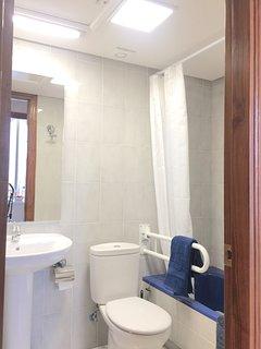 Amplio y luminoso baño dotado de toallas, gel...
