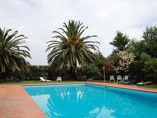 villa immersa nel verde con piscina e campo da tennis