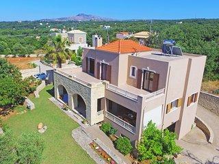 Beautiful spacious villa for 8, Near taverns & mini markets, Ideal for families