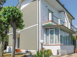 Beautiful home in Marina di Pietrasanta w/ WiFi and 3 Bedrooms (ITV964)