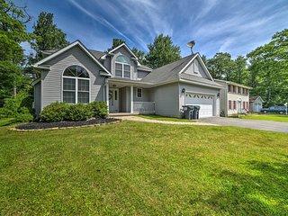 Poconos Home w/ Deck & Access to Golf, Lake & Pool