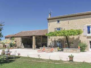 Beautiful home in Pernes les Fontaines w/ WiFi and 3 Bedrooms (FPV462)